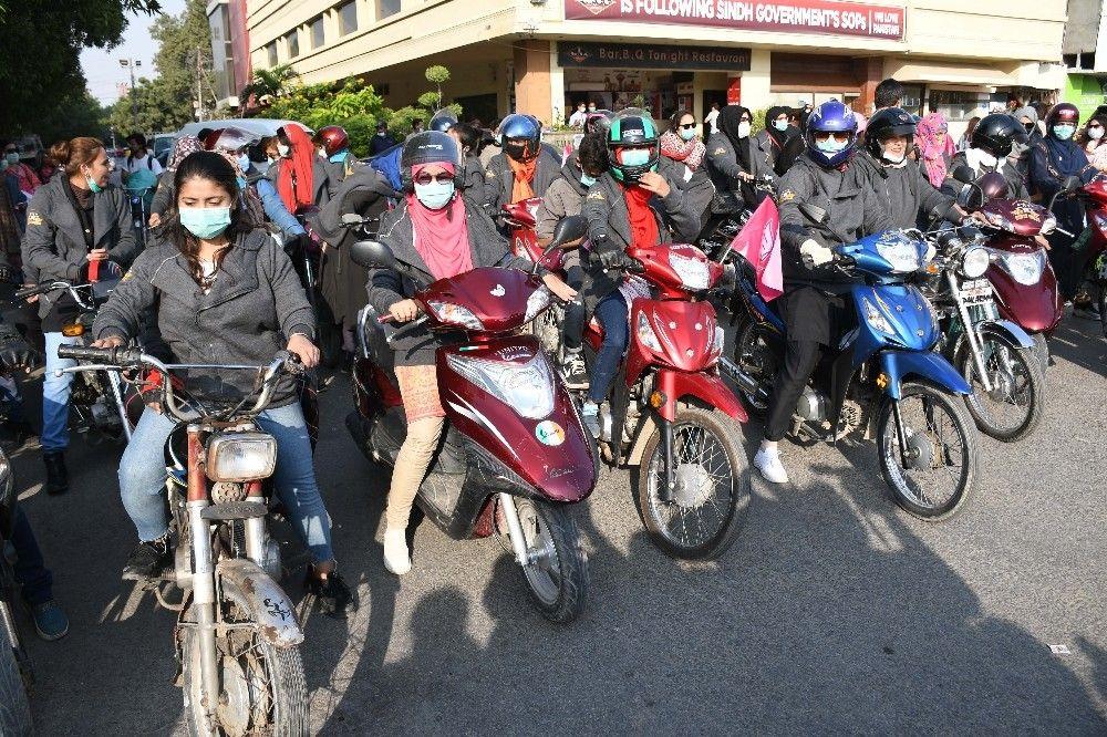 2020/11/pakistanda-motosikletci-kadinlardan-konvoy-20201121AW17-1.jpg