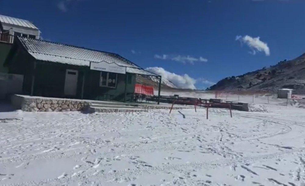 2021/01/otel-muduru-ve-kayak-hocasi-kar-yagisini-boyle-kutladi-20210117AW21-1.jpg