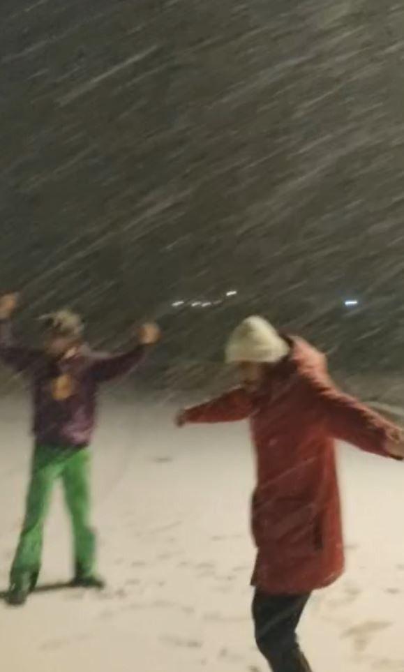 2021/01/otel-muduru-ve-kayak-hocasi-kar-yagisini-boyle-kutladi-20210117AW21-3.jpg