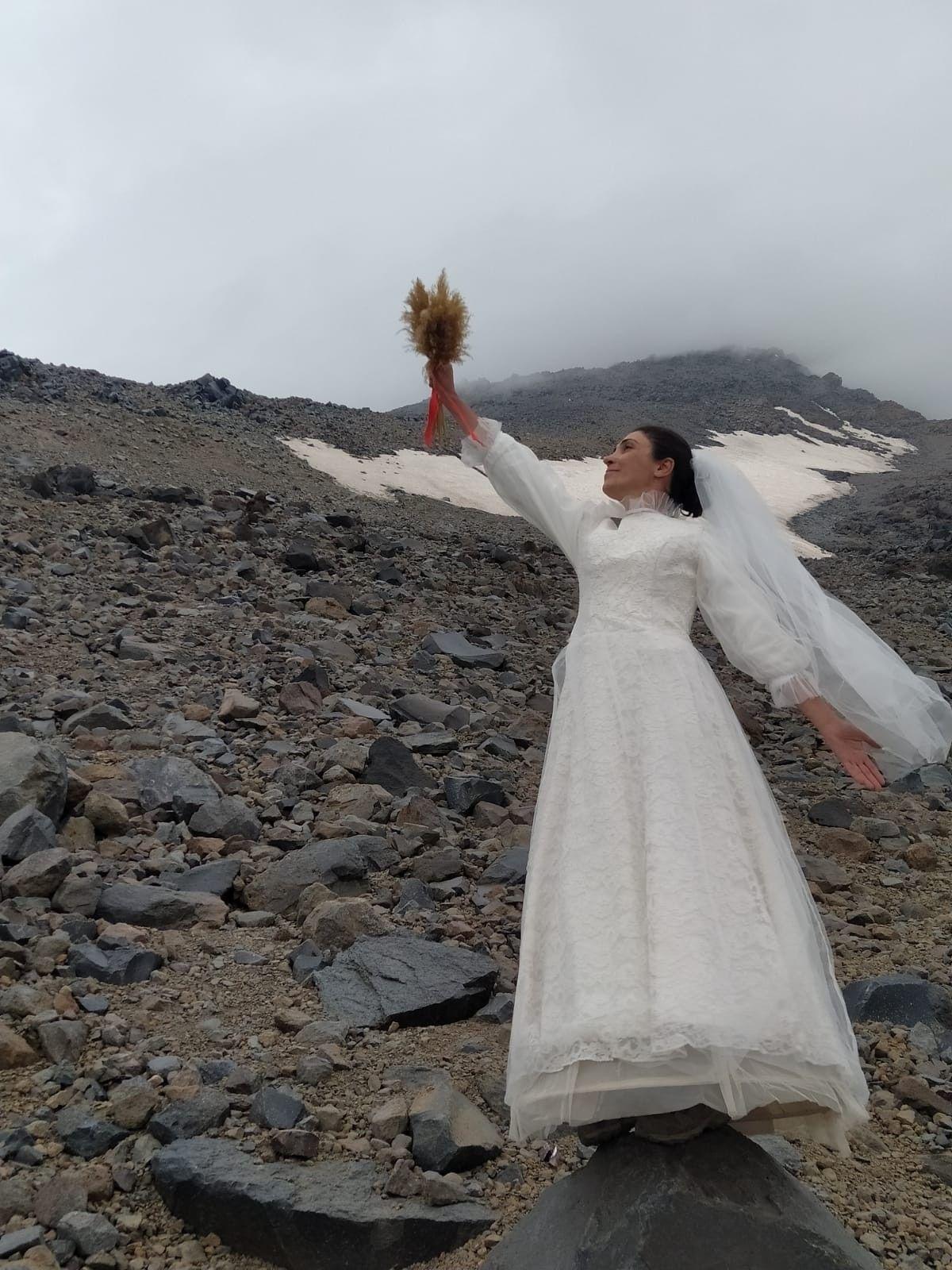 2021/07/gelinlik-giyip-agri-dagi-ile-evlendi-20210727AW37-1.jpg