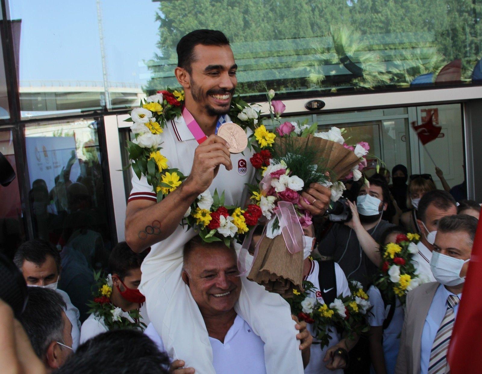 2021/08/olimpiyat-madalyali-aricana-izmirde-coskulu-karsilama-20210805AW38-1.jpg