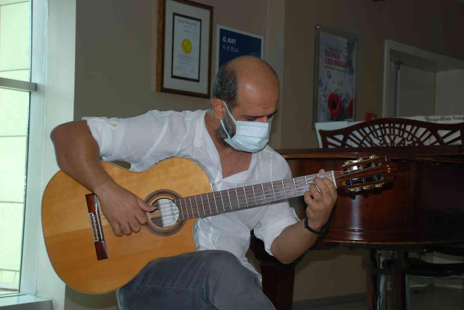 2021/10/ameliyattan-sonra-gitar-calarak-doktoruna-resital-verdi-20211013AW44-1.jpg