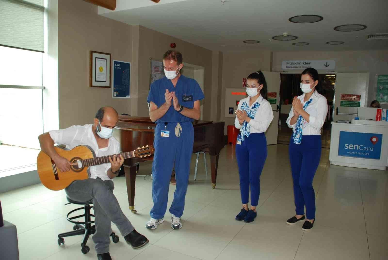 2021/10/ameliyattan-sonra-gitar-calarak-doktoruna-resital-verdi-20211013AW44-2.jpg
