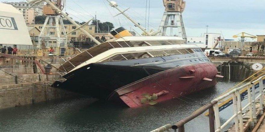 90 metrelik lüks yat limanda devrildi