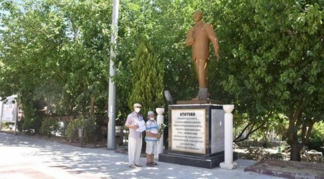 Atatürk Anıtı'na çiçek bırakmak suç sayıldı