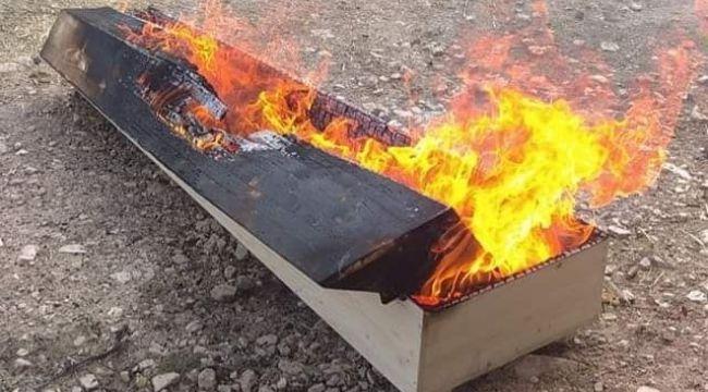 4 kişi namazını kıldı, tabutu yakıldı