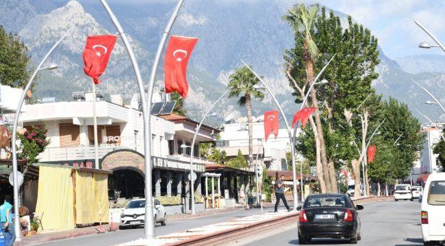 Kemer Türk bayraklarıyla süslendi