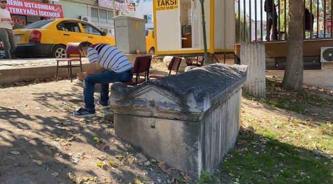 Taksi durağında 2 bin yıllık lahit
