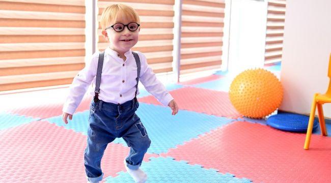 Down sendromlu çocuk, 10 ayda yürümeye-konuşmaya başladı