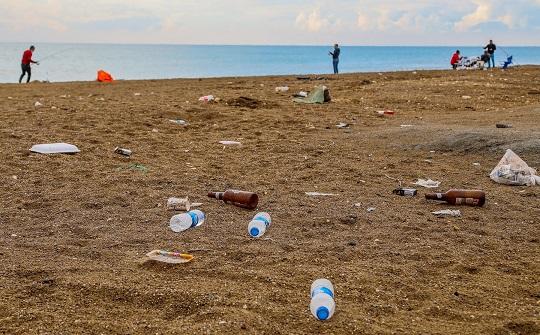 Caretta yuvalarının olduğu plaj çöplük oldu