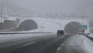 Bolu Dağı'nda şiddetli kar yağışı etkili oluyor