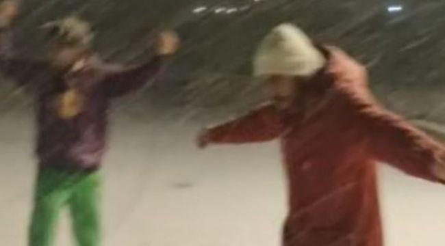 Otel müdürü ve kayak hocası kar yağışını böyle kutladı