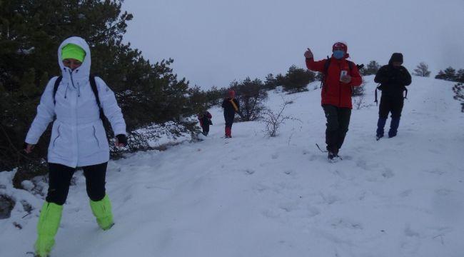 Sivaslı dağcılar bu kez hayvanlar için tırmandı