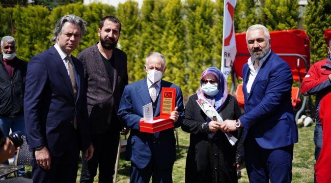 Bornova Kızılay'dan şehit ailelerine plaket