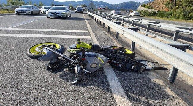 Motosikletin refüje çarptığı kazada 2 arkadaş hayatını kaybetti