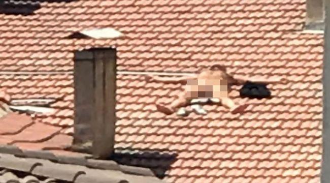 Çıplak vaziyette çatıya çıktı, itfaiye ve polis alarma geçti