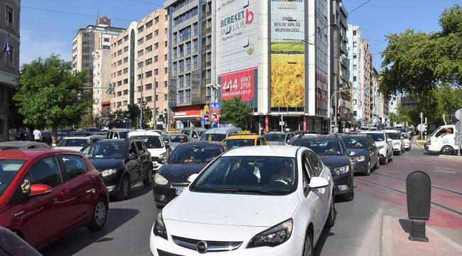 İzmir'de trafikte araç yumağı! 17 günlük kapanmada neden yapmadınız