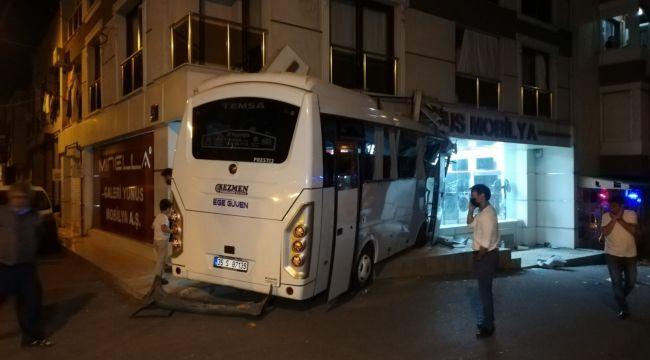 İzmir'de işçi servisi mobilya mağazasına daldı