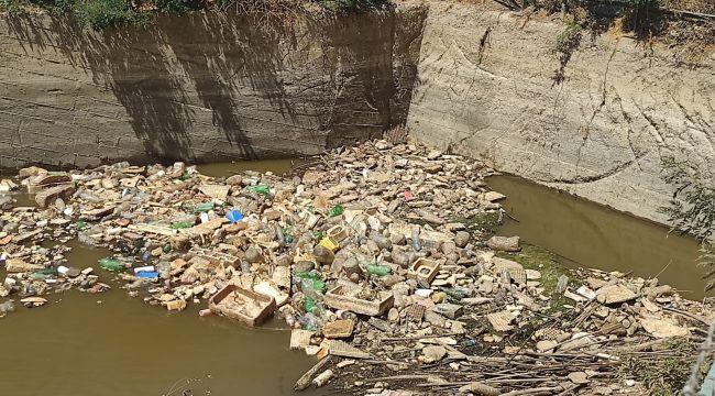 Sulama kanalına atılan çöpler utandırdı