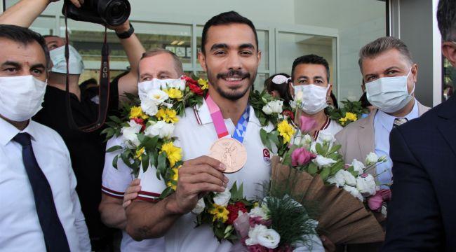 Olimpiyat madalyalı Arıcan'a İzmir'de coşkulu karşılama