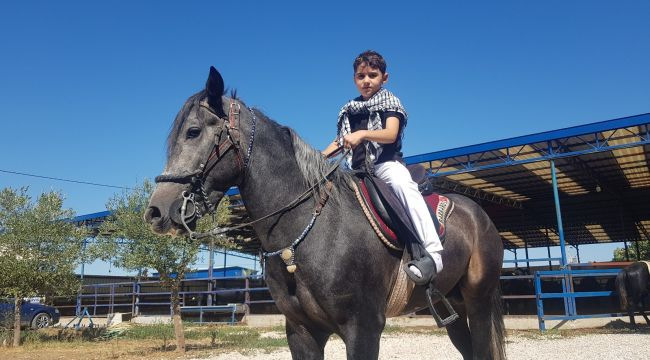 7 yaşında at biniyor bakımlarını da kendi yapıyor