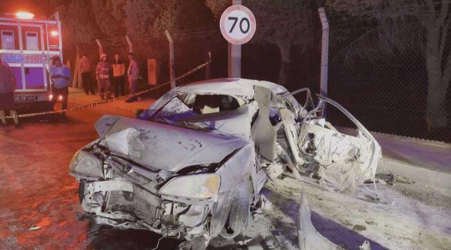 Bornova'da bariyerlere çarpan otomobilde: 1 ölü, 1'i ağır 3 yaralı