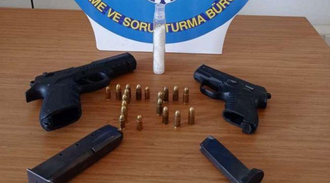 Çiğli'de şüphelilerden uyuşturucu ve silah çıktı