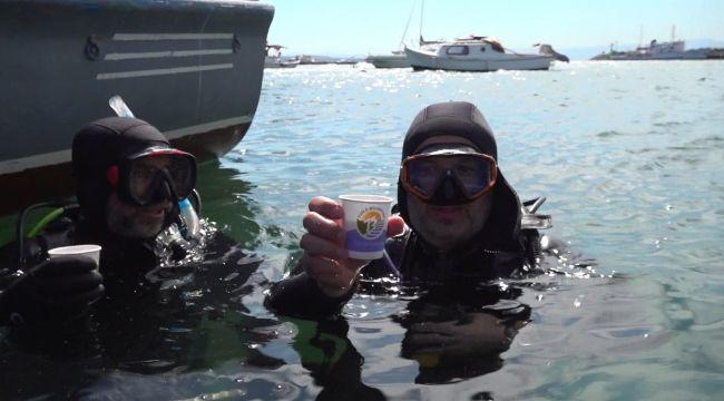 Dalgıçların denizde çay keyfi