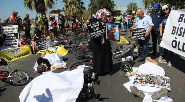 İzmirli bisikletçiler kefenli eylem yaptı