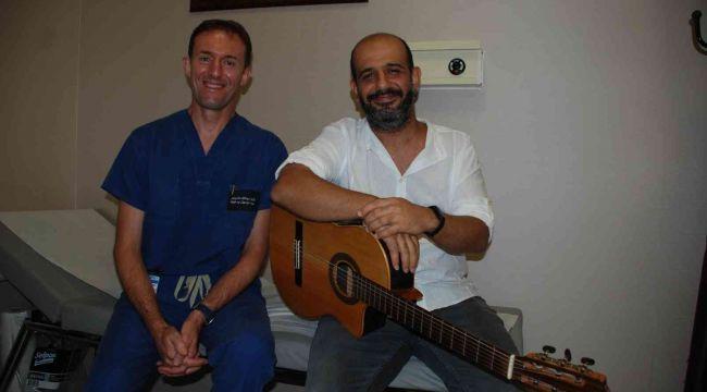 Ameliyattan sonra gitar çalarak doktoruna resital verdi