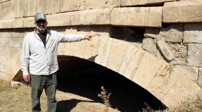 Define avcılarının hedefi olan tarihi köprüde yıkılma tehlikesi