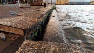 İzmir'de fırtına yüzlerce kiloluk beton blokları söktü
