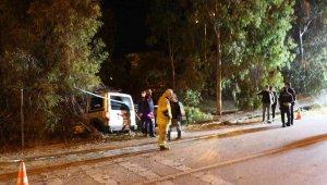 İzmir'de otomobil ağaca çarptı: 1 ölü, 2 yaralı