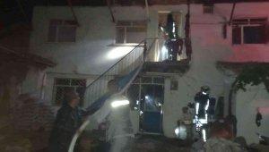 Yanan evin ortasında kalan adam hayatını kaybetti