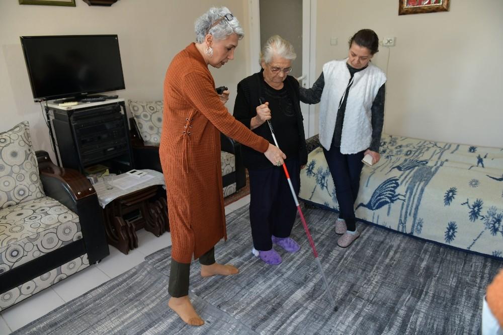 Çiğli Belediyesinden görme engelli vatandaşlara ev ziyareti