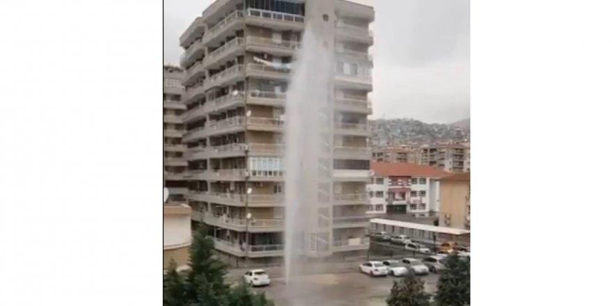 Bayraklı'da boru patladı, sular apartman boyu..