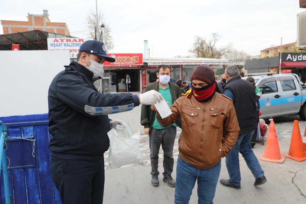 Akhisar Belediyesi pazar yerinde 5 bin maske dağıttı