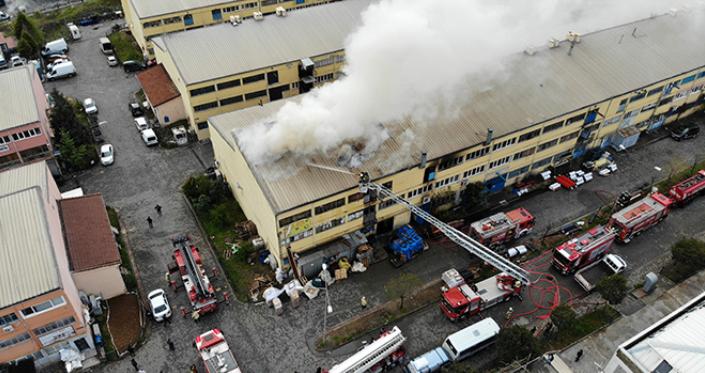 Sanayi sitesinde çıkan yangınla 2 iş yeri alev aldı