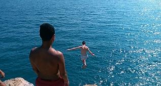 Akyaka'da denize tehlikeli atlayış!