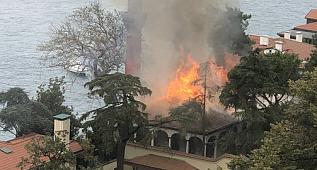 Tarihi cami alev alev yandı